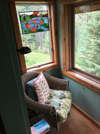 Columbia Falls, MT: Adorable sitting nooks abound! Here you can watch the humming birds under a Tiffany stained glas