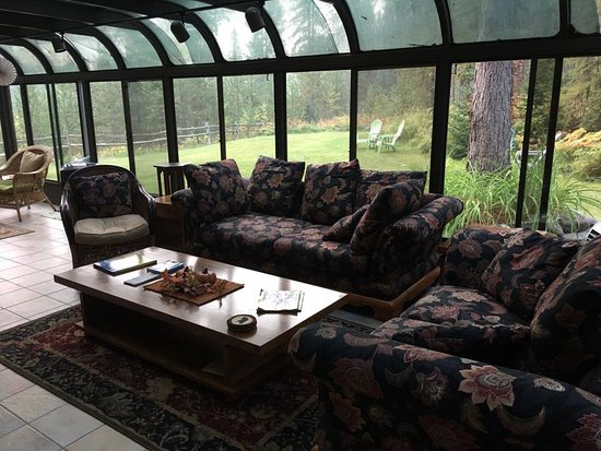 Columbia Falls, MT: Relaxed seating in the solarium.