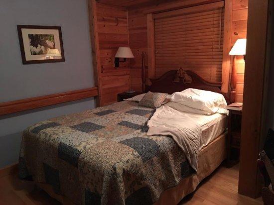 Columbia Falls, MT: Turn-down service, quilts, comfortable bed, and bathroom in each room.