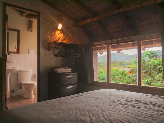 Bedroom and bathroom with views of the Ayampe mountains (Penthouse Suite - Mar)
