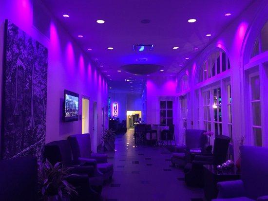 Hotel Le Marais: Lounge area leading to hotel bar (lit at night)