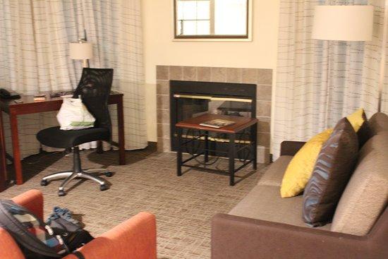 Le salon avec cheminée et bureau