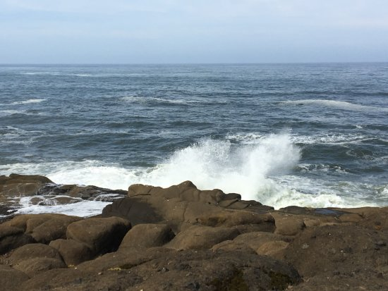 Boiler Bay State Wayside: Waves Crashing at Boiler Bay
