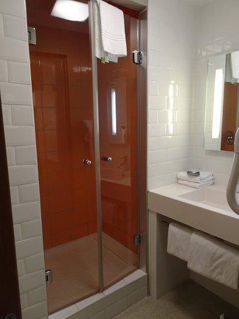 Ibis Styles Nimes Gare Centre : Salle de bain