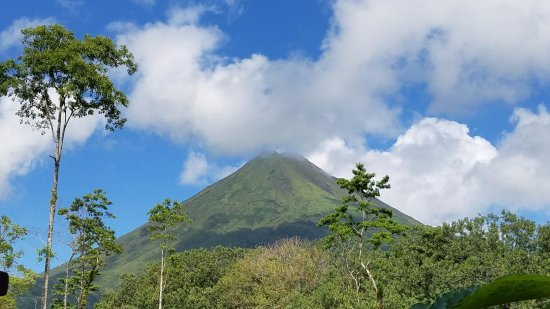 Hotel Magic Mountain: Morning view of Arenal Volcano from the hotel restaurant