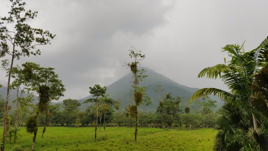 Hotel Magic Mountain: Afternoon view of Arenal Volcano from room