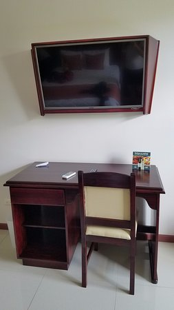 Hotel Magic Mountain: TV and desk