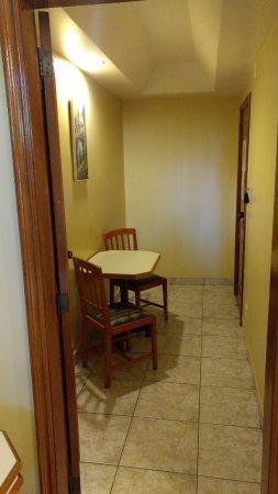 Imperial Hotel: Uma pequena saleta na entrada do quarto