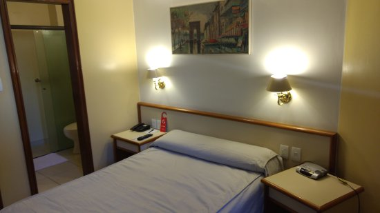 Imperial Hotel: A cama e a entrada do banheiro