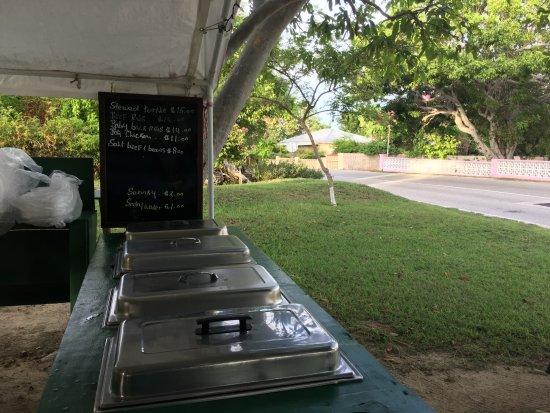 Gun Bay, Gran Caimán: Simple Roadside BBQ Cayman Style