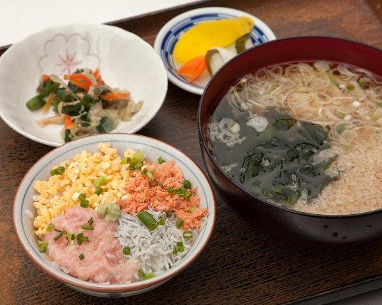Kamakura Misui: 夢二セット¥900 ネギトロ、しらす、煎り卵、鮭