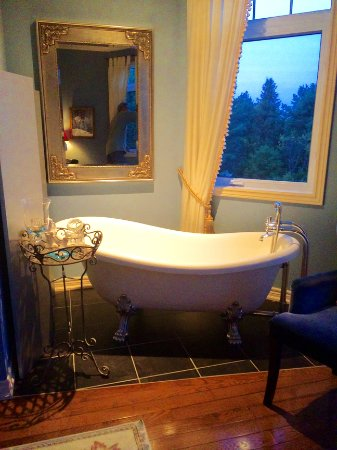 Benaaron Guest House: clawfoot tub in Sodalite Suite