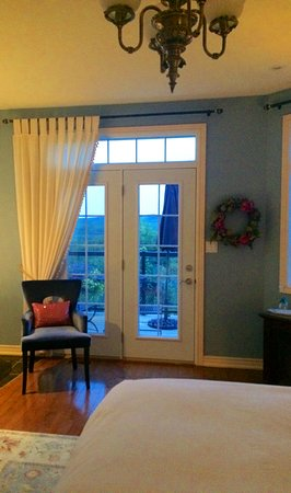 Benaaron Guest House: Sodalite Suite with view beyond