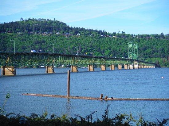 Best Western Plus Hood River Inn: View of bridge from room patio