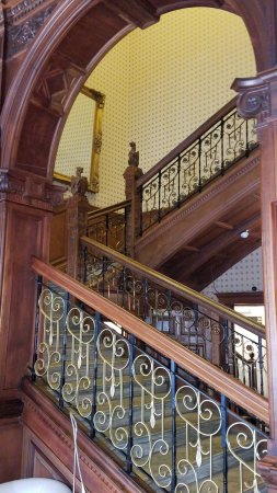 B+B Edinburgh: The beautiful staircase in Entryway.