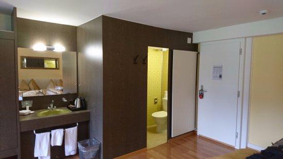 Wilderswil, Schweiz: シャワーとトイレは一体。手洗いは別。
