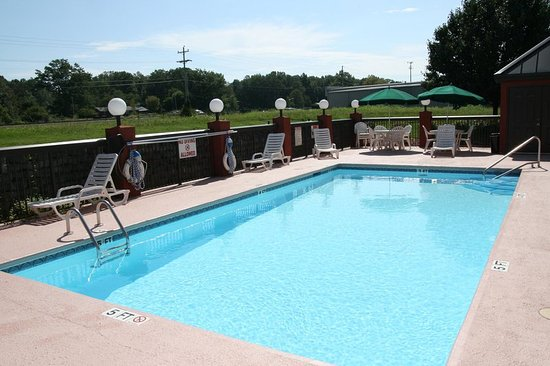 Tullahoma, Τενεσί: Outdoor Pool with Lounge Chairs