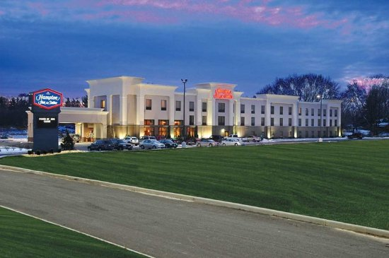 Canfield, OH: Hotel Exterior at Night