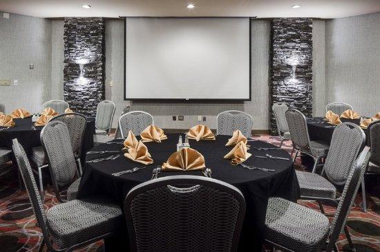Hampton Inn Iowa City / Coralville: Twelve01 Restaurant Room Setup
