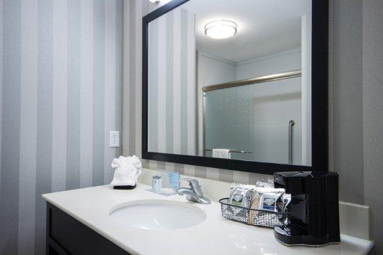 Dupont, WA: Standard 2 Queens NS Bathroom