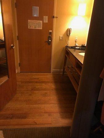 La Quinta Inn & Suites Sarasota Downtown: Hardwood - toilet & shower behind mirrored door, sink to the right