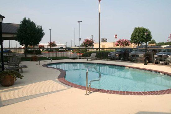 Hampton inn paris tx rt kel sek s r sszehasonl t s for Outdoor swimming pool paris