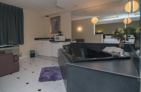 Hampton Inn Flemington: Whirlpool in Suite