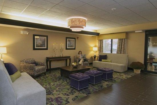 Hampton Inn Flemington: Lobby Seating Area