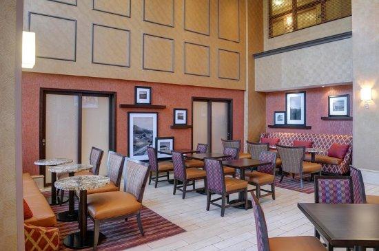 Hampton Inn & Suites Langley Surrey : Sitting Area with Breakfast Doors