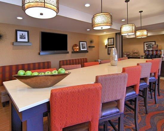 Hampton Inn Troy: Breakfast Lounge Area