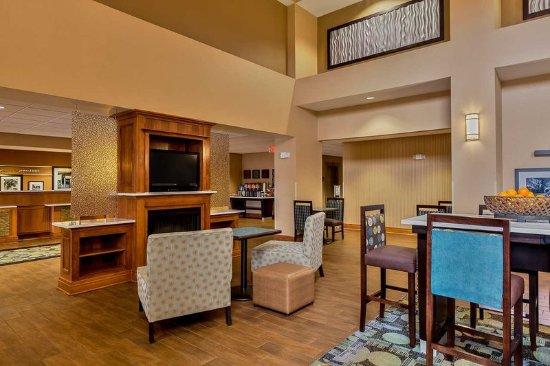 Hampton Inn & Suites Jamestown: Lobby Hub Area
