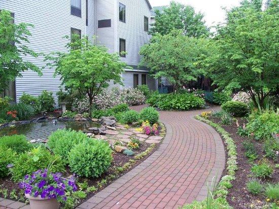 Hampton Inn & Suites Rochester/Victor: Hotel Courtyard
