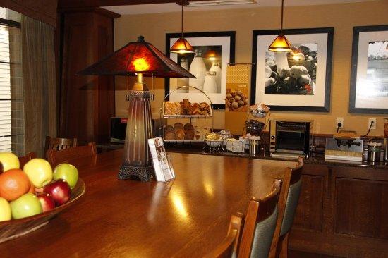 Victor, NY: Breakfast Seating Area
