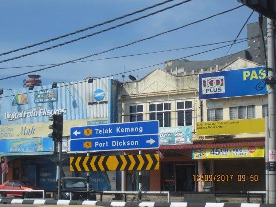 Kampung Teluk Kemang, Malaysia: Shops at waking distance