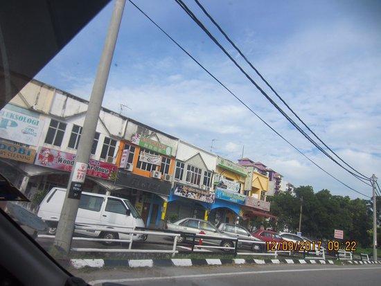 Kampung Teluk Kemang, Malezya: Shops & food outlets at walking distance