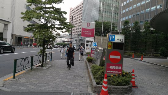 Hotel Sunroute Plaza Shinjuku: Walking to hotel