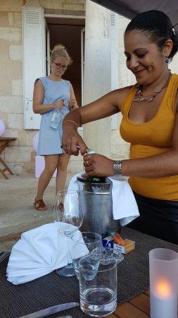Saint-Estephe, Γαλλία: Maître Hôtel & la serveuse stagiaire