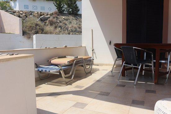 Mirtos, Grèce : our actual patio with broken sunbeds