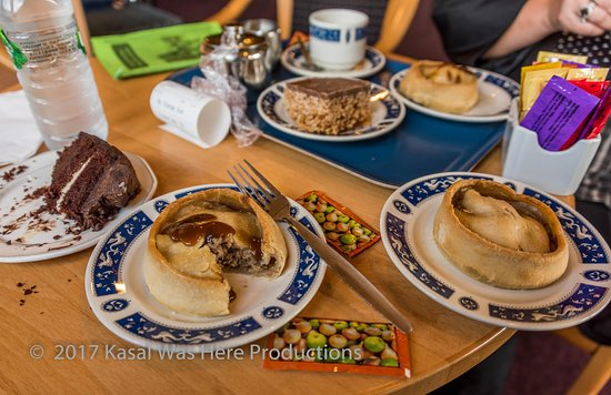 Strathdon, UK: Lunch. Scottish pies with Brown Sauce and cake