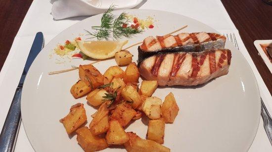 Ristorante Vivarium: Salmon on grill roasted potato cubes
