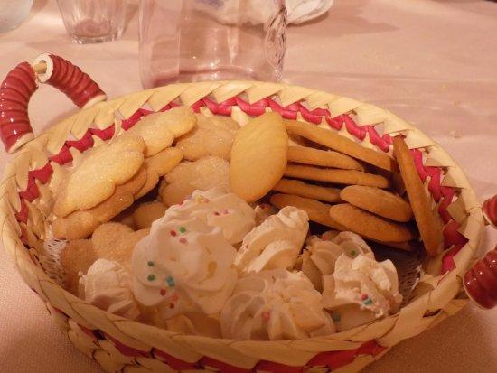 Agriturismo Calavrina : Biscotti e meringhe estremamente buoni!