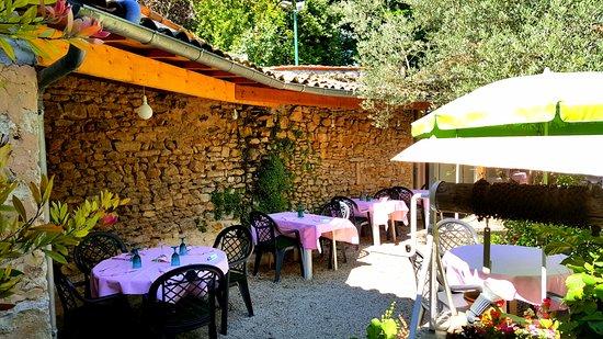 Croutelle, France: le jardin !