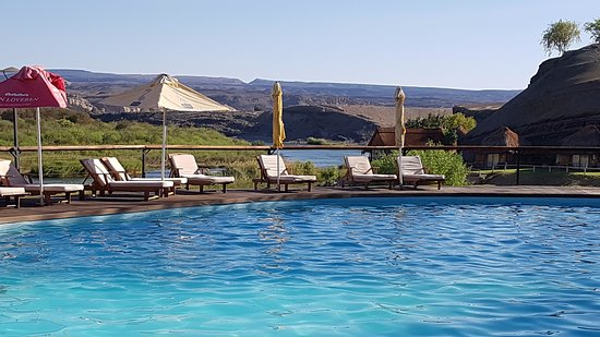 Noordoewer, Namibië: Pool below the lovely bar, overlooking the river. Pool towels are available.