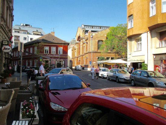 B & B Bellevue Budapest: Neighborhood center with several restaurants