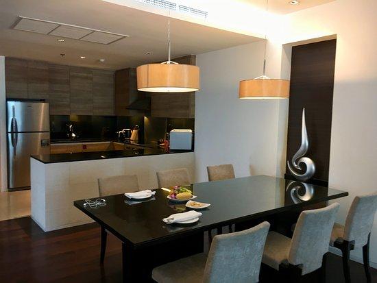 Akyra Thonglor Bangkok: Wohnzimmer Mit Offener Küche In 3 Bedroom Suite 1313