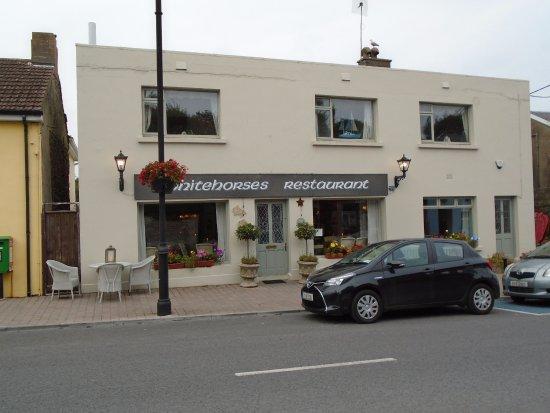 Ardmore, Irlandia: Frontage onto Main Street, Parking on both sides