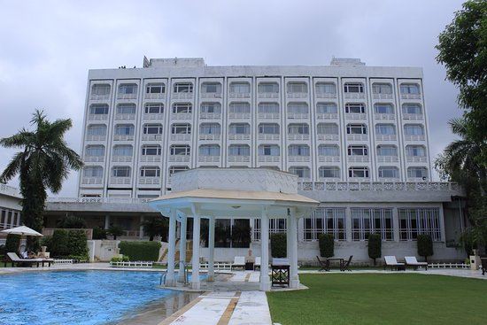 The Gateway Hotel, Agra: Pool Area and badminton road