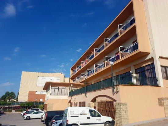 Hotel Sant Jordi : Vista del hotel desde el parking
