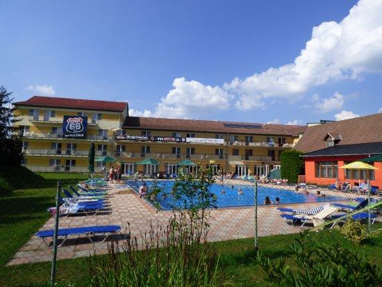 Hokovce, Slowakei: Vonkajší bazén, pohľad z hotelového parku