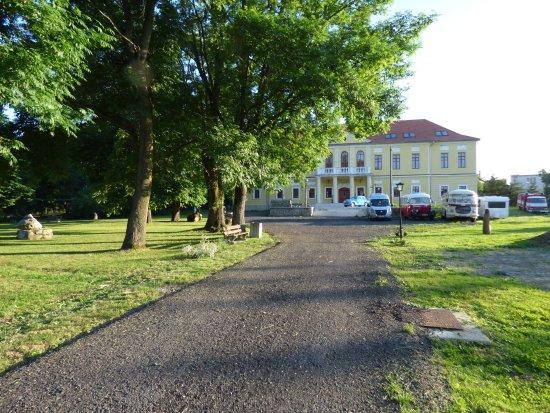 Hokovce, Slowakei: Pohľad na hotelový park, v ktorom stojí aj historický kaštieľ